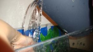 uutta vettä kaatamassa